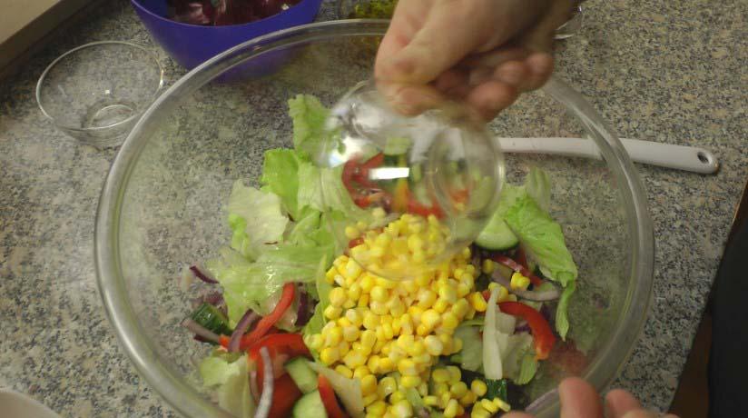 Добавляем в салат остальные ингредиенты