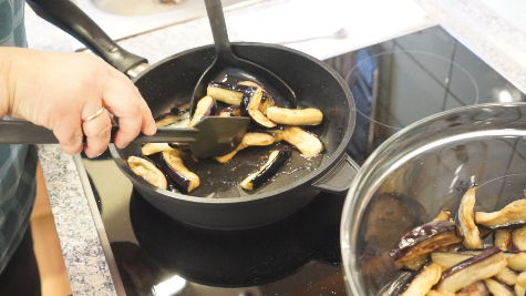 обжариваем баклажаны аккуратно на сковороде